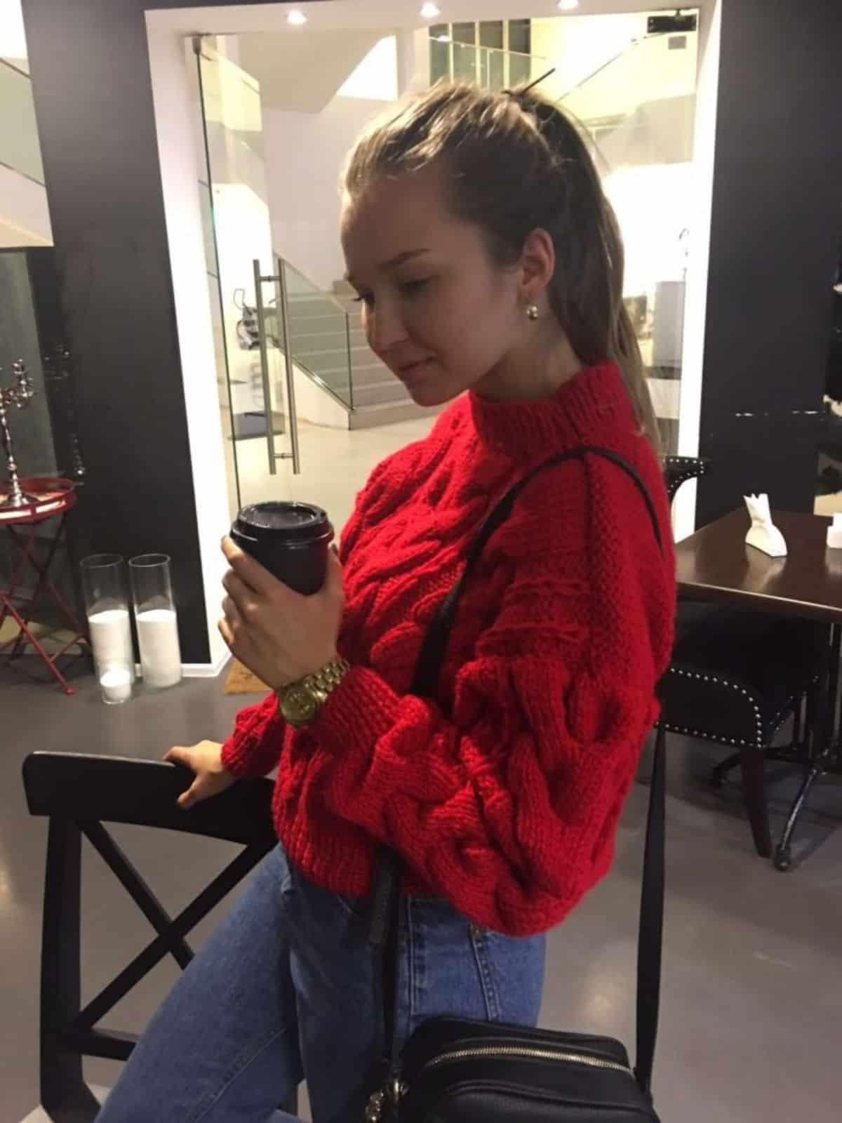 На фотографии модный вязаный свитер для ярких девушек от SHAPAR, бренда женской одежды ручной работы в интернет-магазине связанных спицами вещей.