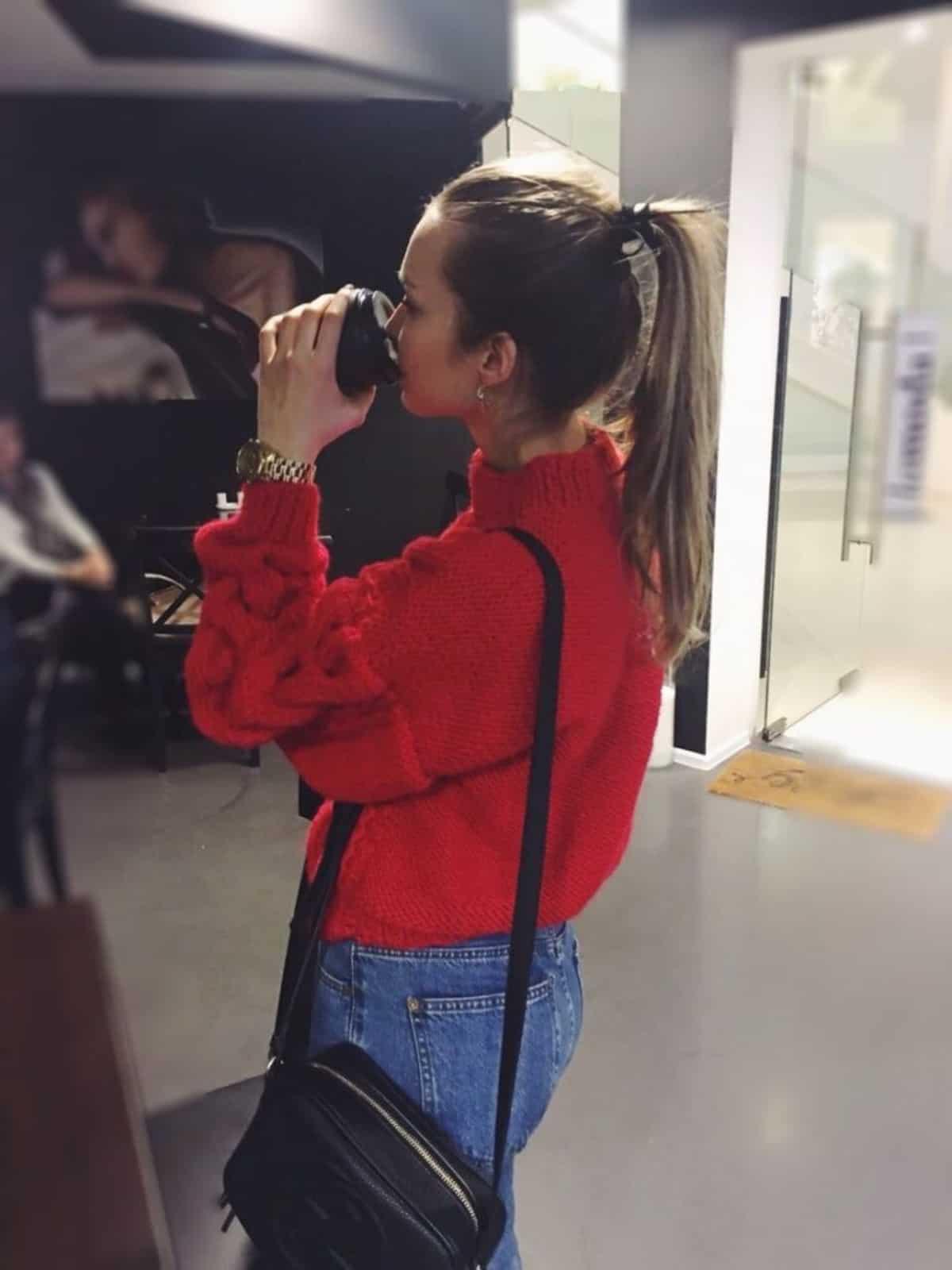 На третьей фотографии модный вязаный свитер красного цвета от Shapar, бренда женской одежды ручной работы в интернет-магазине связанных спицами вещей.