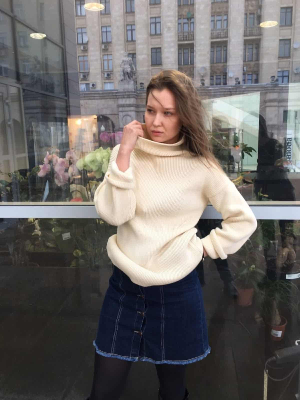 На второй фотографии молочный свитер для девушек и женщин от Shapar, бренда вязаной одежды ручной работы в интернет-магазине связанных спицами вещей.