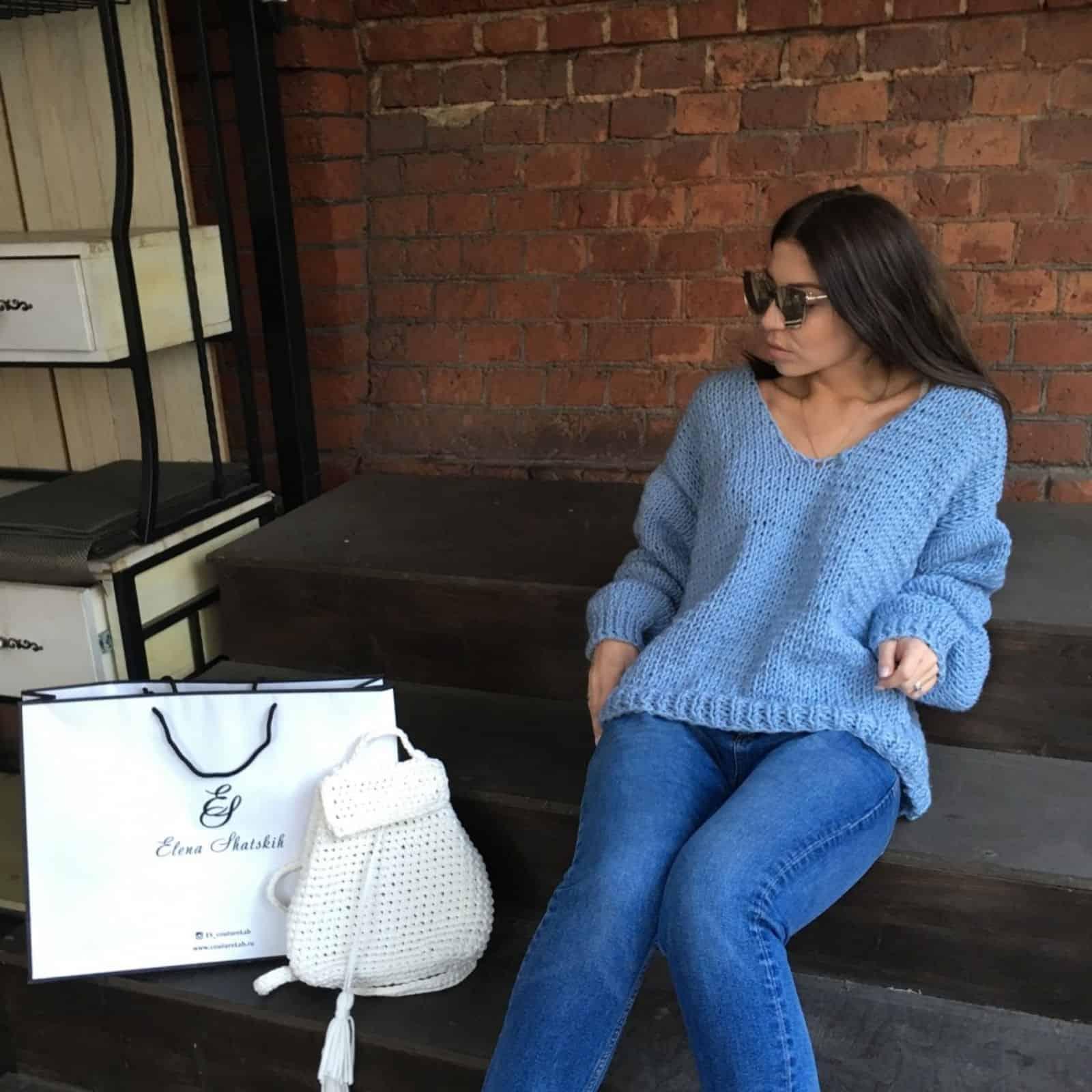 На фотографии молодежный женский свитер от SHAPAR, бренда вязаной одежды ручной работы в интернет-магазине связанных спицами вещей.