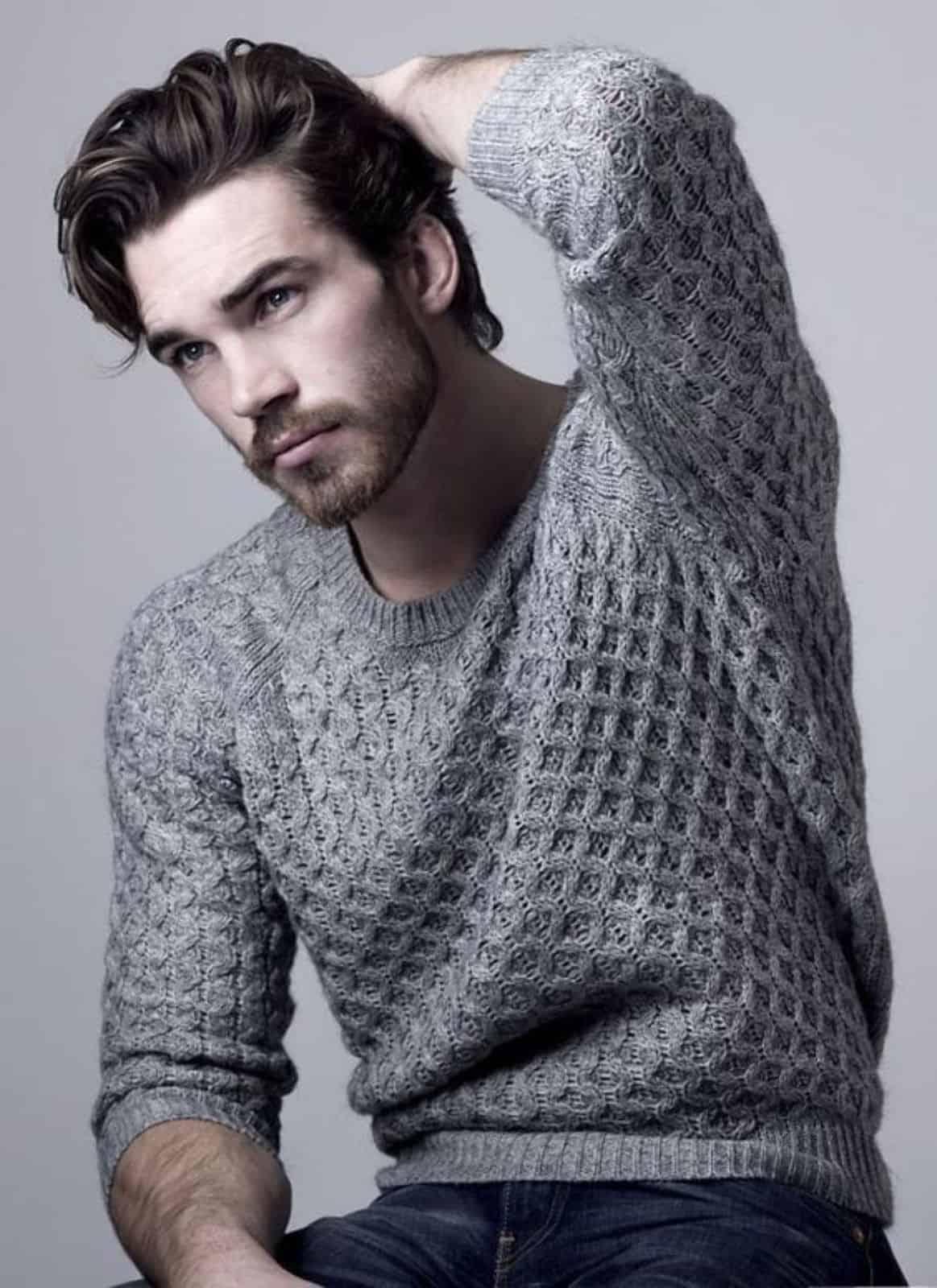 На фотографии вязаный джемпер реглан от SHAPAR, бренда мужской одежды ручной работы в интернет-магазине связанных спицами вещей.