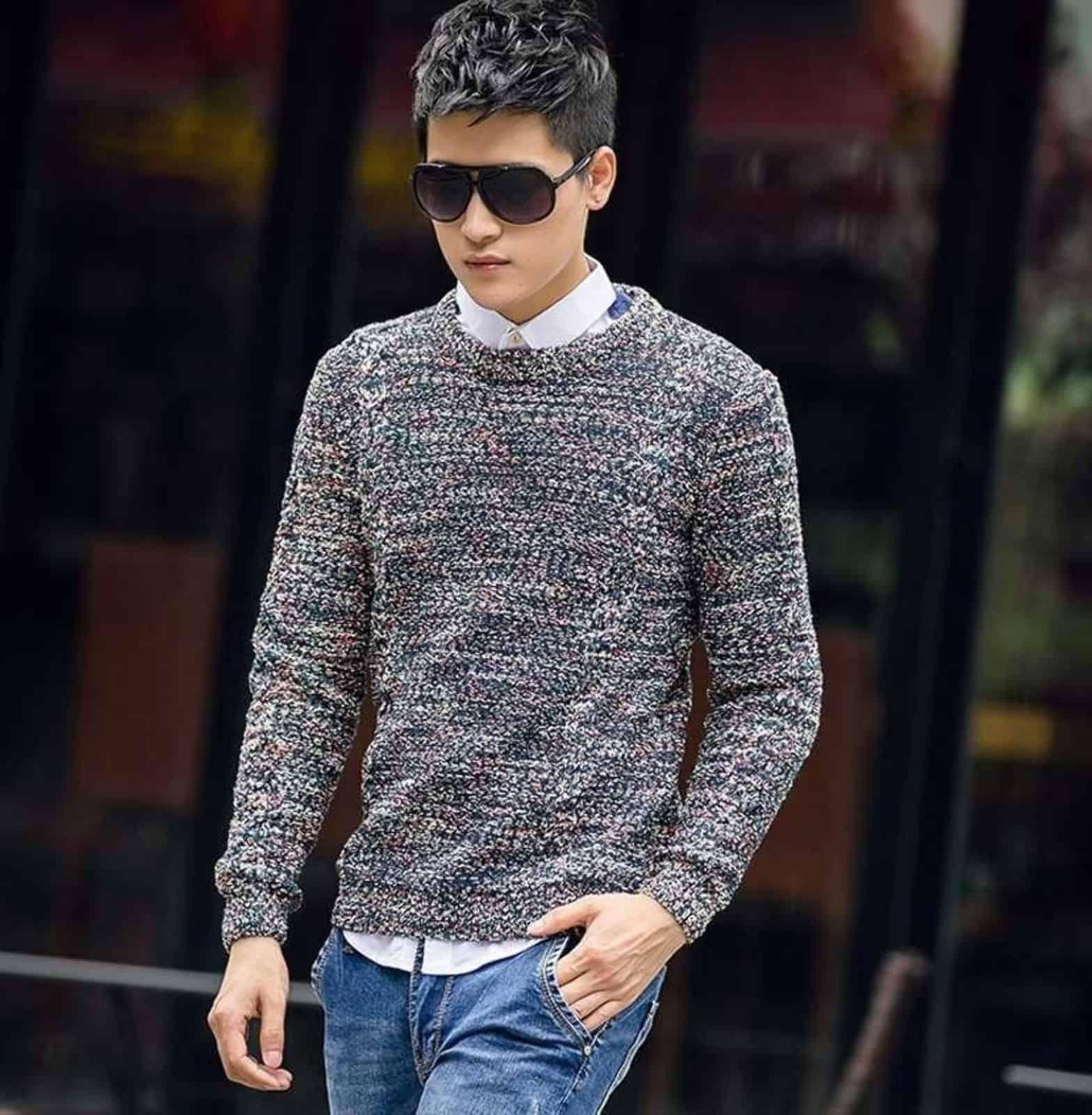 На фотографии меланжевый вязаный свитер от SHAPAR, бренда мужской одежды ручной работы в интернет-магазине связанных спицами вещей.