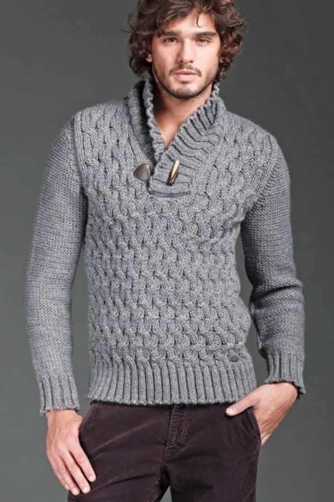 На фотографии вязаный пуловер с воротником от SHAPAR, бренда мужской одежды ручной работы в интернет-магазине связанных спицами вещей.