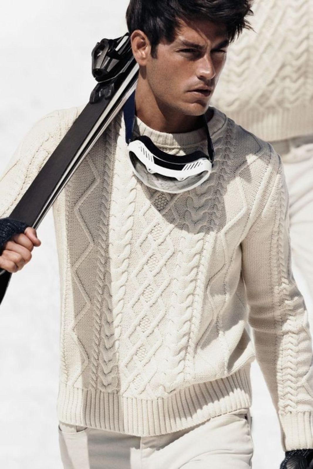 На фотографии вязаный спицами пуловер для мужчин от SHAPAR, бренда эксклюзивной одежды ручной работы в интернет-магазине связанных вещей.