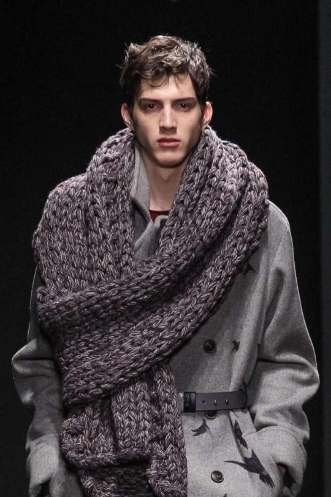 На фотографии вязаный шарф спицами от SHAPAR, бренда мужской одежды ручной работы в интернет-магазине связанных вещей.