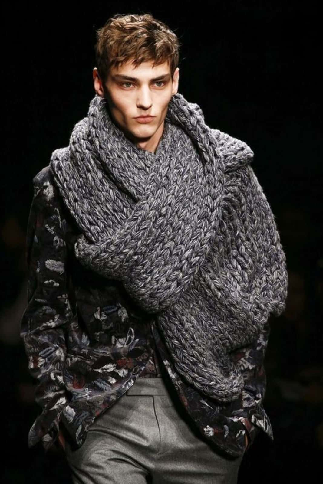На фотографии серый вязаный шарф от SHAPAR, бренда мужской одежды ручной работы в интернет-магазине связанных спицами вещей.