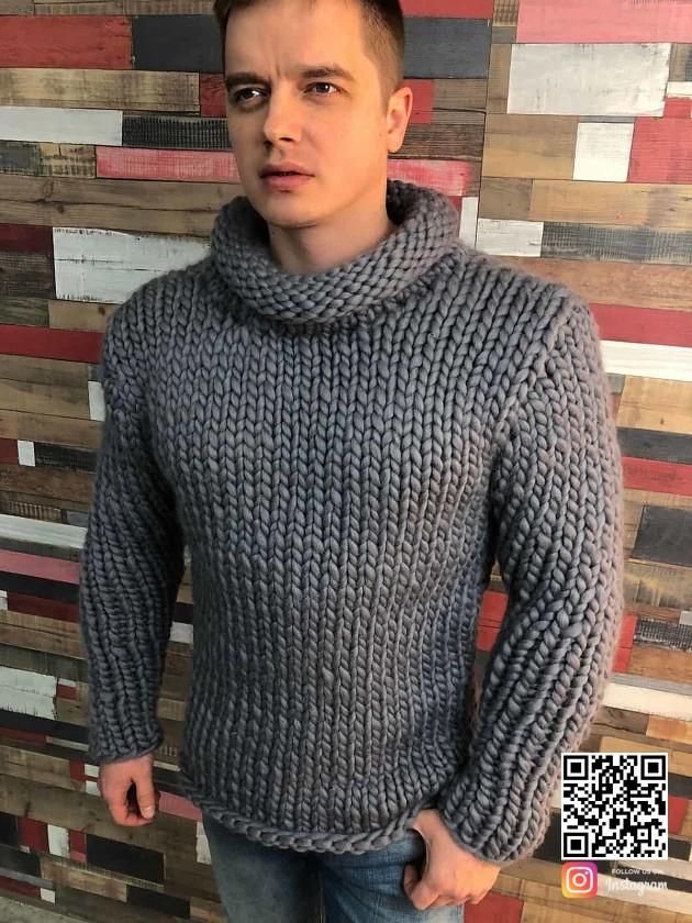 На фотографии мужской свитер из толстой пряжи от Shapar, бренда вязаной одежды ручной работы в интернет-магазине связанных спицами вещей.