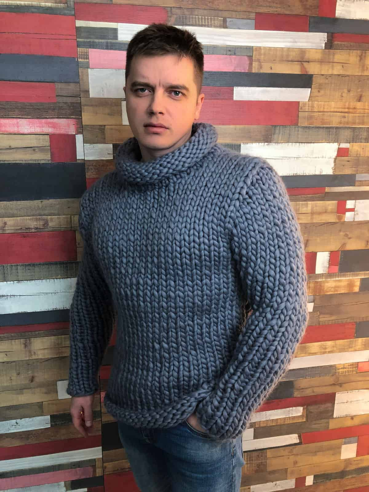 На фотографии серый вязаный свитер из толстой пряжи от SHAPAR, бренда мужской одежды ручной работы в интернет-магазине связанных спицами вещей.