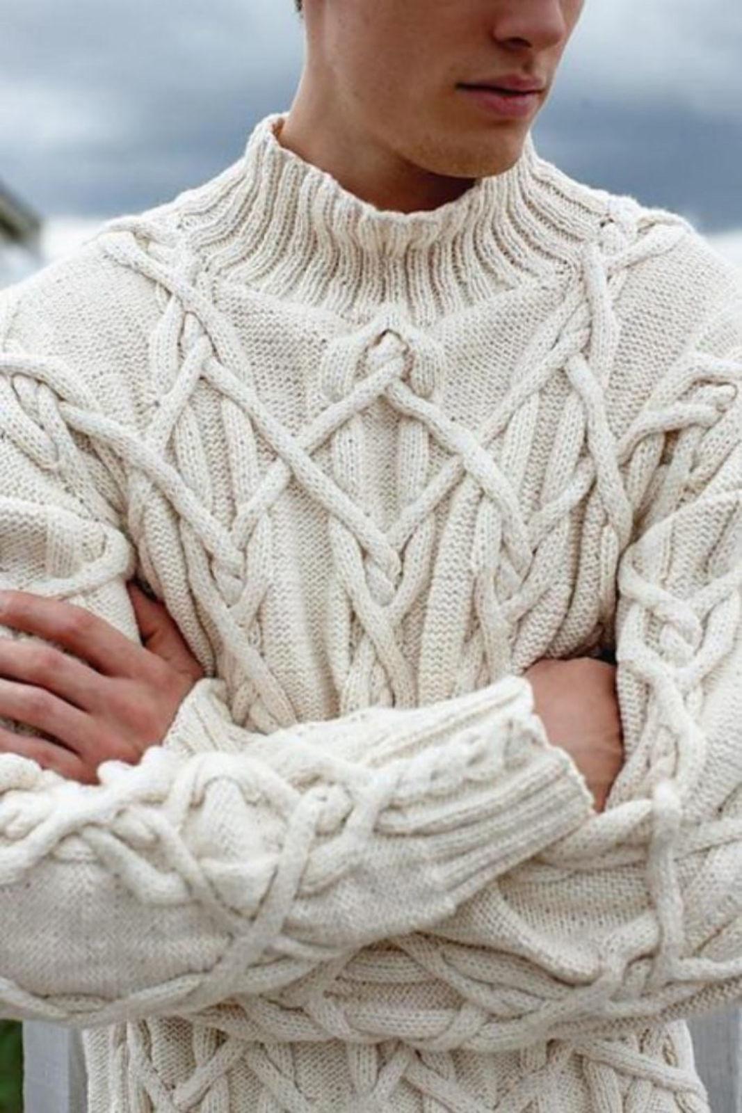 На фотографии вязаный спицами мужской свитер с косами от SHAPAR, бренда одежды ручной работы в интернет-магазине связанных вещей.