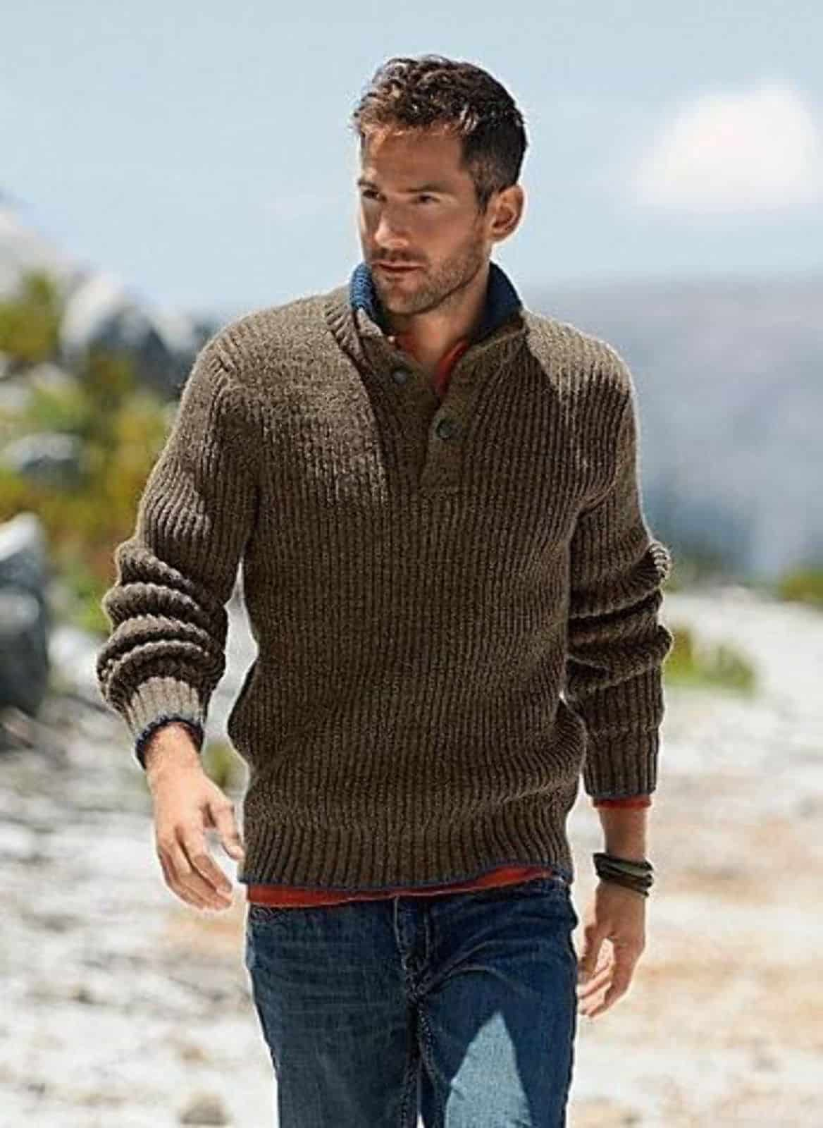 На фотографии мужской свитер с пуговицами на воротнике от Shapar, бренда вязаной одежды ручной работы в интернет-магазине связанных спицами вещей.