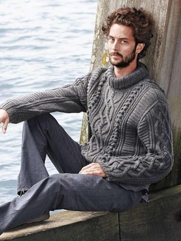 На фотографии мужской серый свитер с горлом от Shapar, бренда вязаной одежды ручной работы в интернет-магазине связанных спицами вещей.