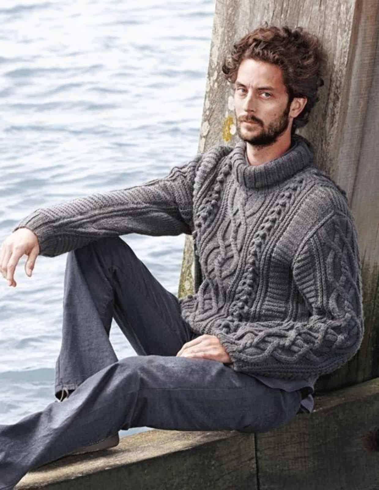 На фотографии серый вязаный свитер с узором от SHAPAR, бренда мужской одежды ручной работы в интернет-магазине связанных спицами вещей.