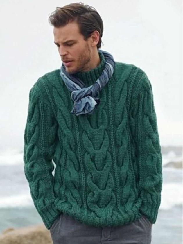 На фотографии мужской свитер зеленого цвета от Shapar, бренда вязаной одежды ручной работы в интернет-магазине связанных вещей.