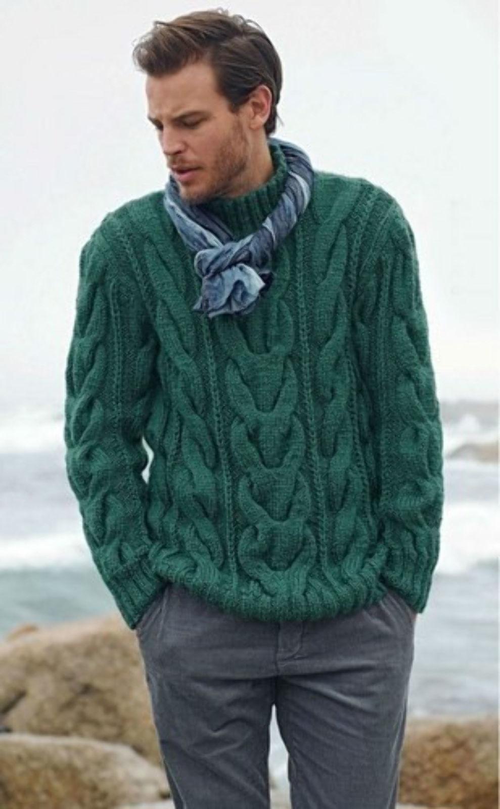 На фотографии вязаный свитер спицами от SHAPAR, бренда мужской одежды ручной работы в интернет-магазине связанных вещей.