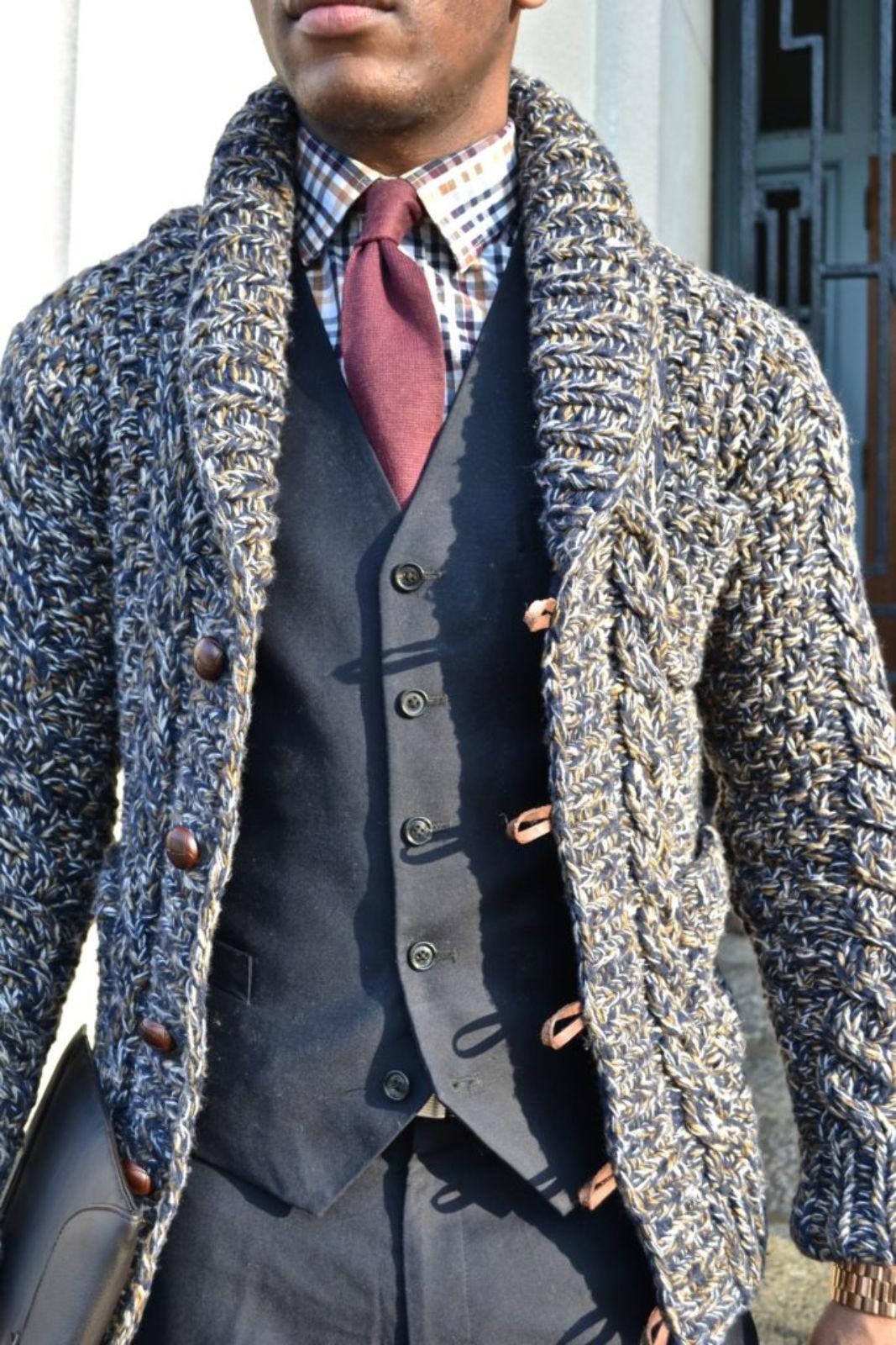 На фотографии мужской вязаный кардиган спицами комбинированного цвета от SHAPAR, бренда одежды ручной работы в интернет-магазине связанных вещей.