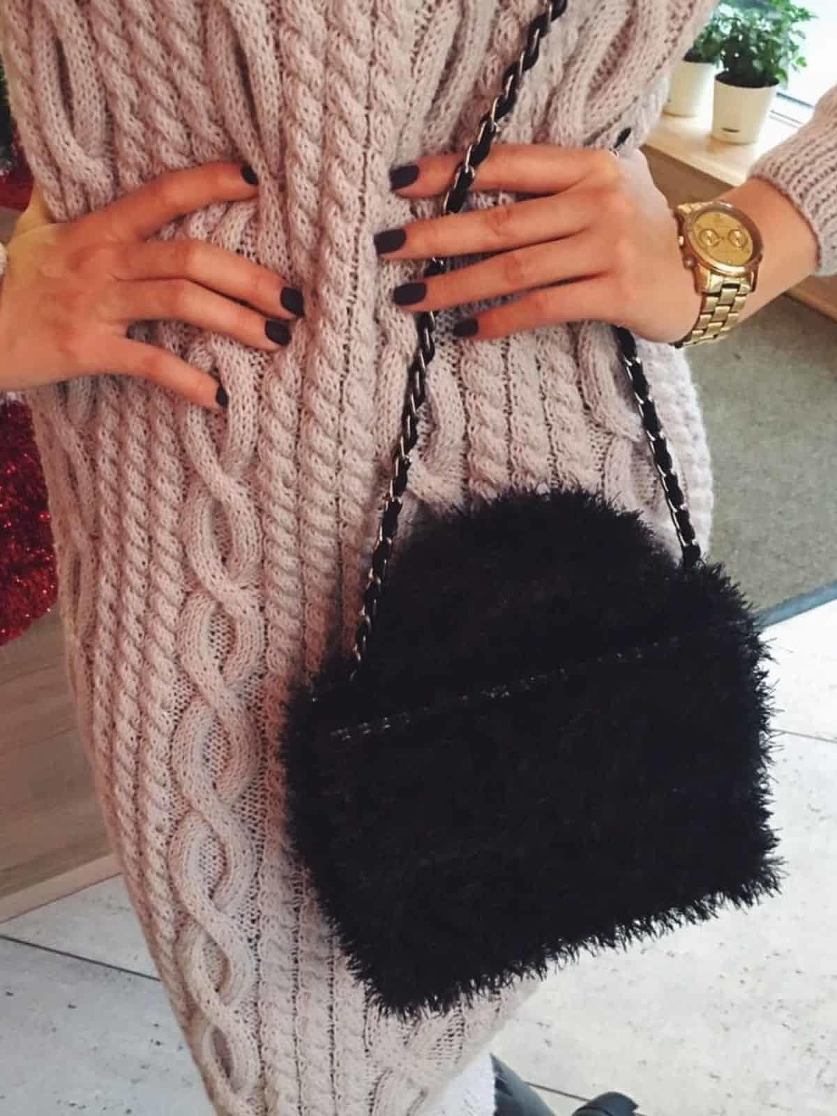 На второй фотографии женская необычная женская сумка из пушистой пряжи от Shapar, бренда вязаной одежды и аксессуаров ручной работы в интернет-магазине связанных спицами вещей.