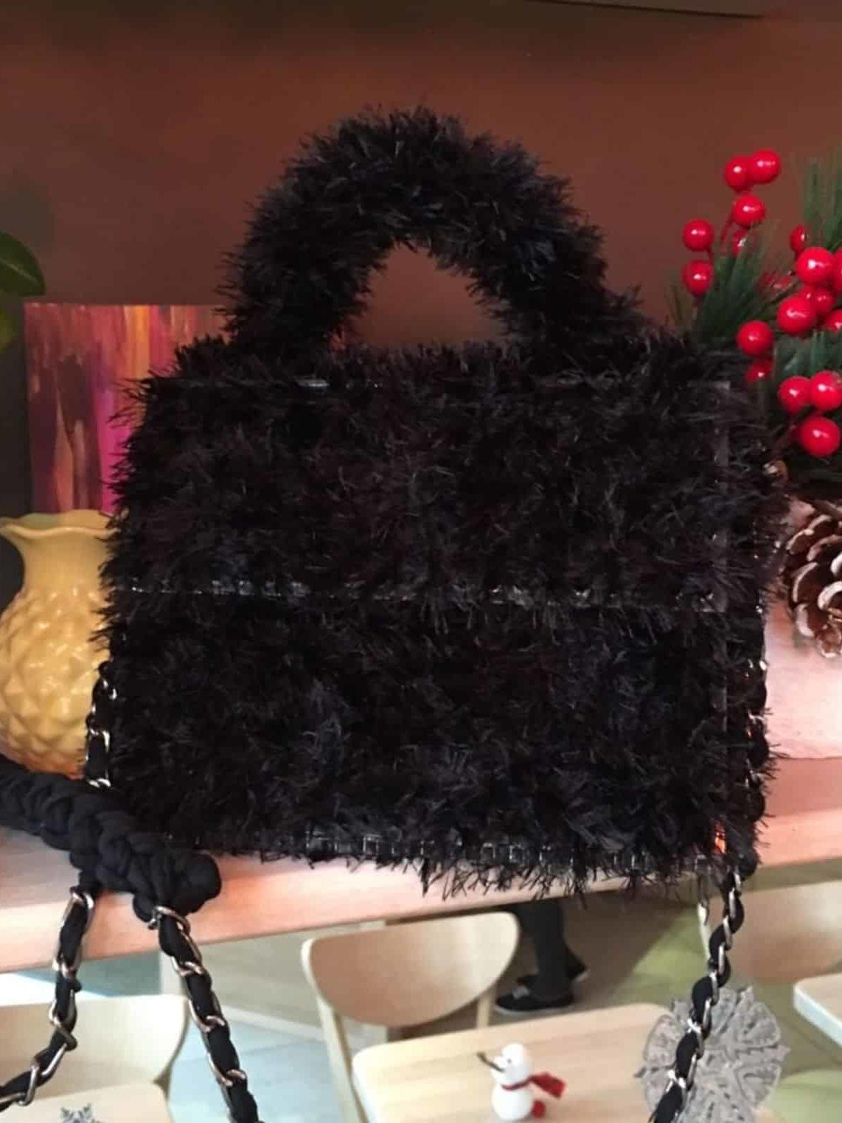 На фотографии необычная женская сумка черного цвета с прозрачным дном от Shapar, бренда вязаной одежды и аксессуаров ручной работы в интернет-магазине связанных спицами вещей.