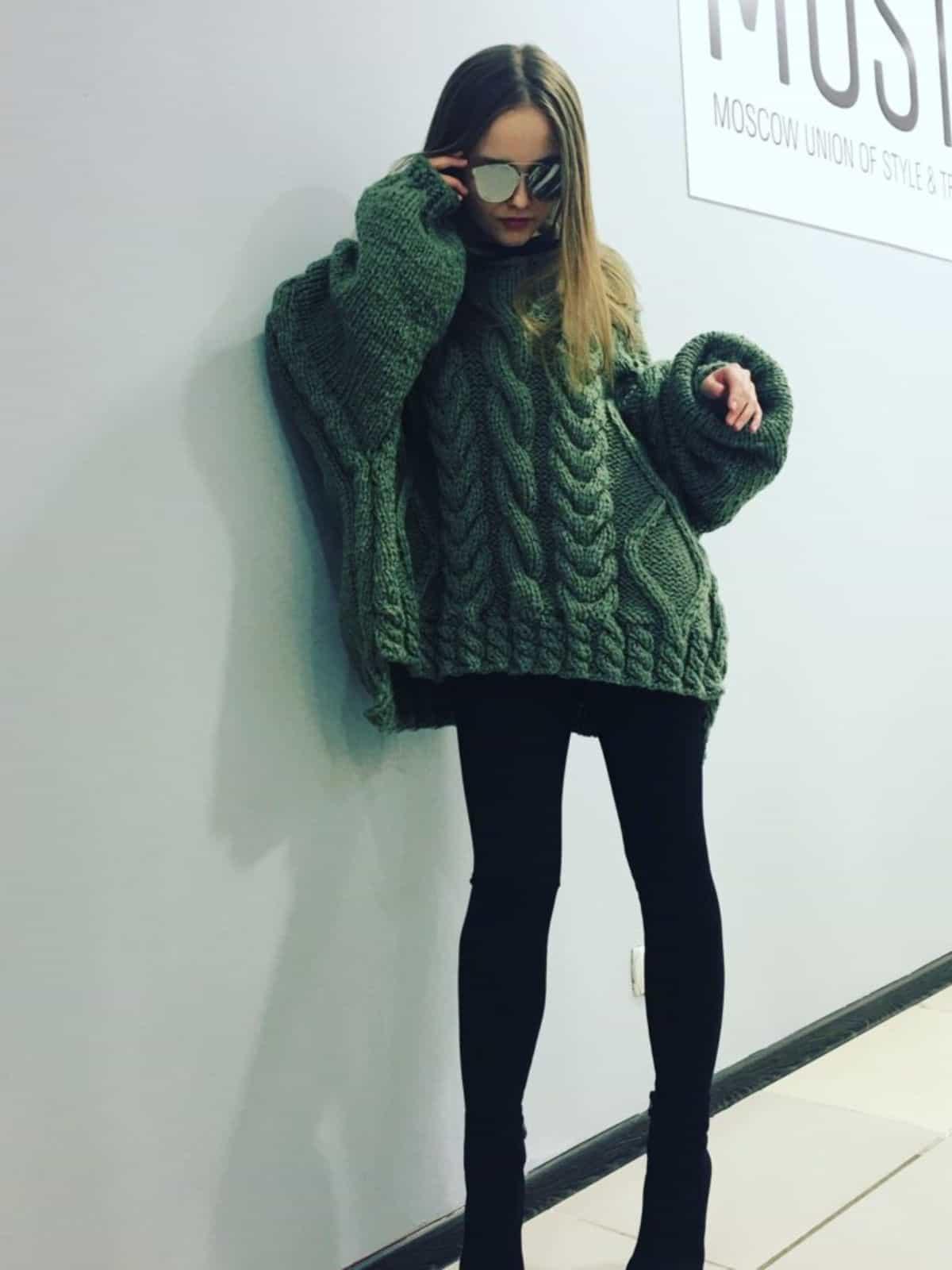 На второй фотографии женский объемный свитер крупной вязки оливкового цвета с косами от Shapar, бренда вязаной одежды ручной работы в интернет-магазине связанных спицами вещей.