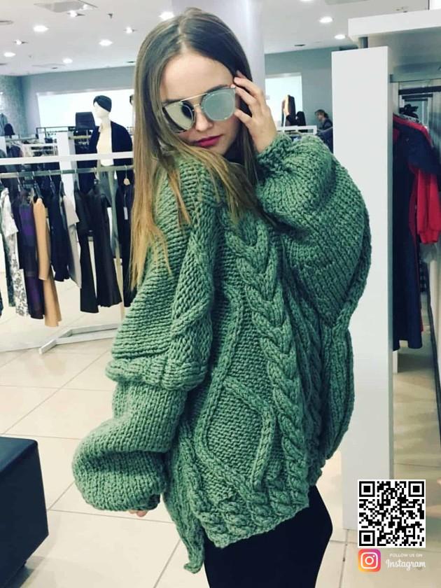 На фотографии женский объемный свитер крупной вязки от Shapar, бренда вязаной одежды ручной работы в интернет-магазине связанных спицами вещей.