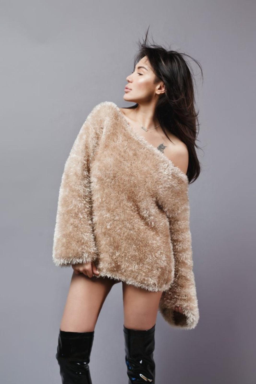 На фотографии женский объемный свитер спицами от Shapar, бренда вязаной одежды ручной работы в интернет-магазине связанных вещей.
