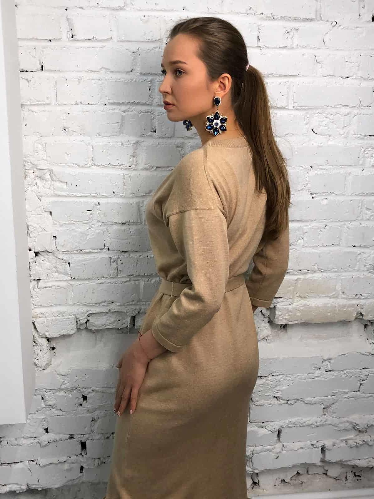 На пятой фотографии стильное бежевое платье халат для девушек от Shapar, бренда вязаной одежды ручной работы в интернет-магазине связанных спицами вещей.