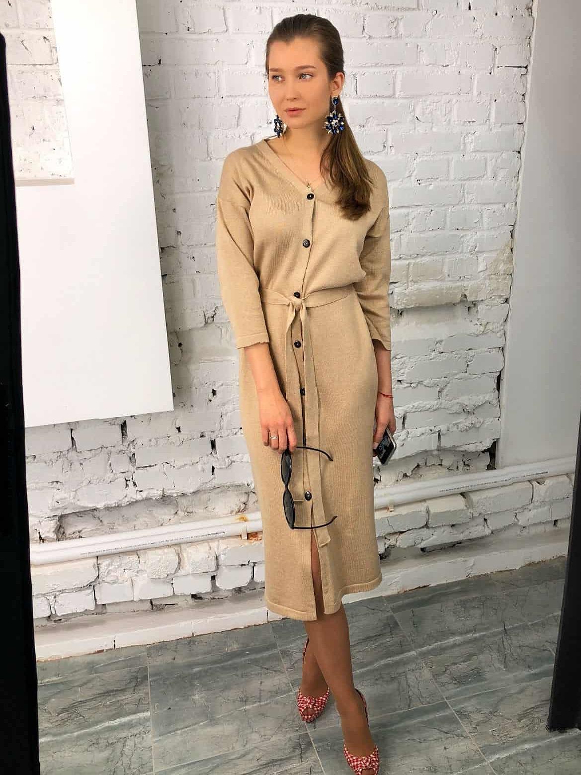 На фотографии вязаное бежевое платье халат на пуговицах от Shapar, бренда женской одежды ручной работы в интернет-магазине связанных спицами вещей.