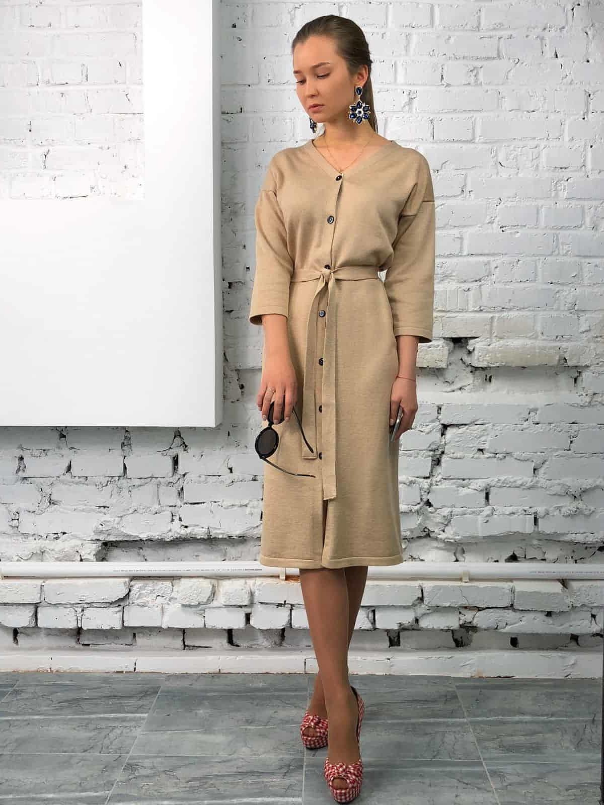 На четвертой фотографии современное бежевое платье халат на пуговицах от Shapar, бренда вязаной одежды ручной работы в интернет-магазине связанных спицами вещей.