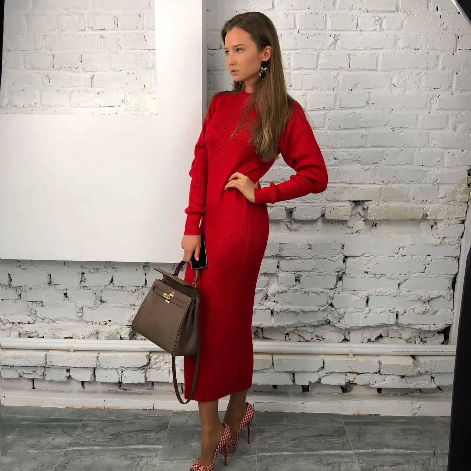 На пятой фотографии модное платье красного цвета для девушек и женщин от Shapar, бренда вязаной одежды ручной работы в интернет-магазине связанных спицами вещей.