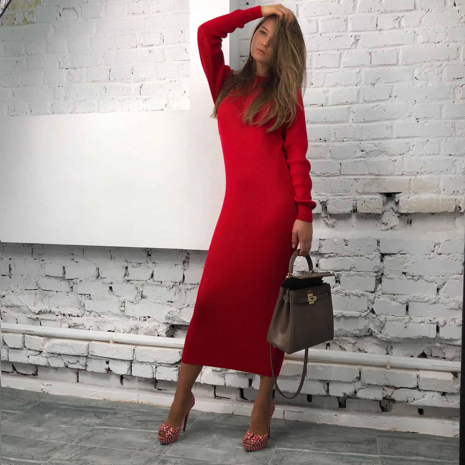 На фотографии вязаное платье красного цвета от Shapar, бренда женской одежды ручной работы в интернет-магазине связанных спицами вещей.