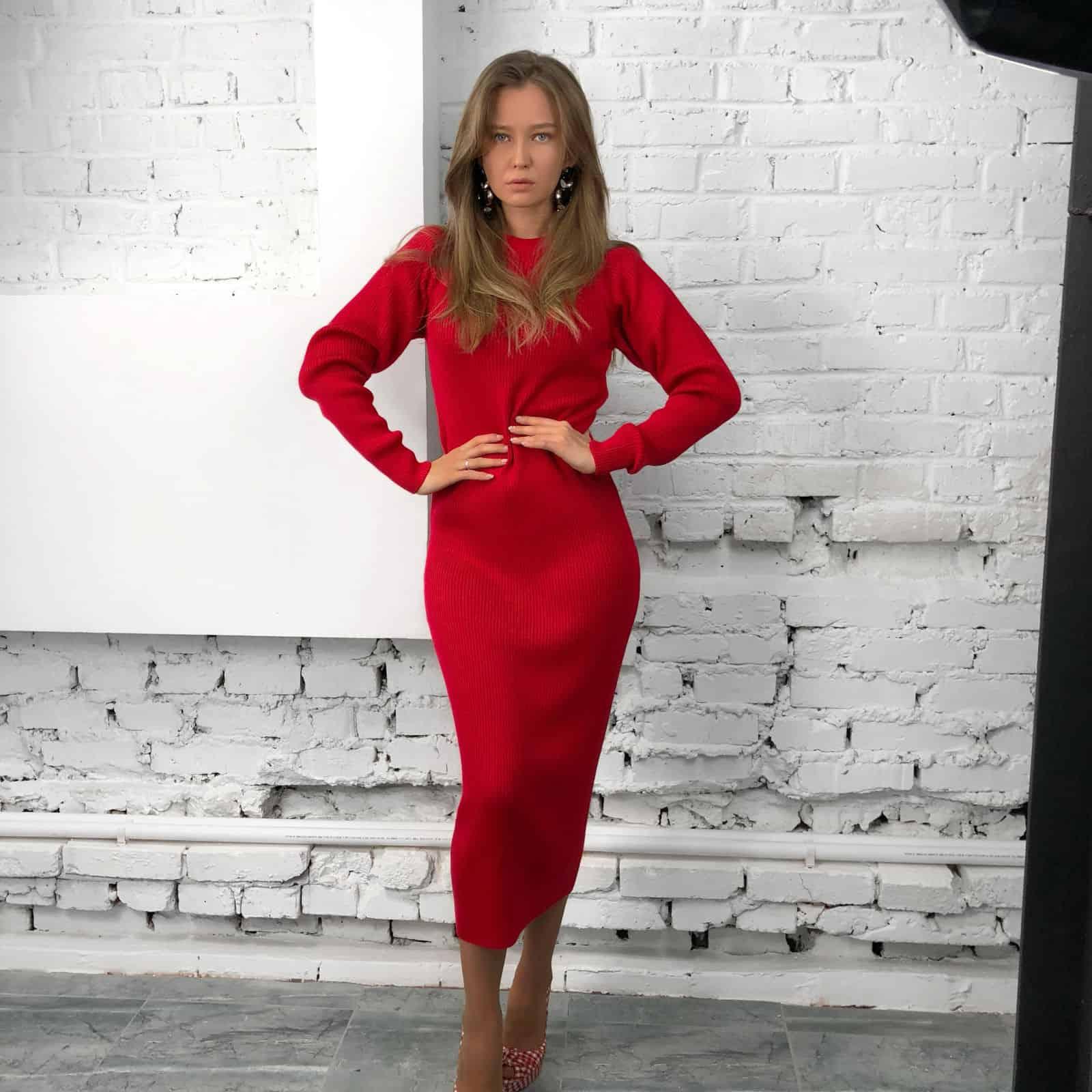 На четвертой фотографии вязаное платье красного цвета из мериносовой шерсти от Shapar, бренда женской одежды ручной работы в интернет-магазине связанных спицами вещей.