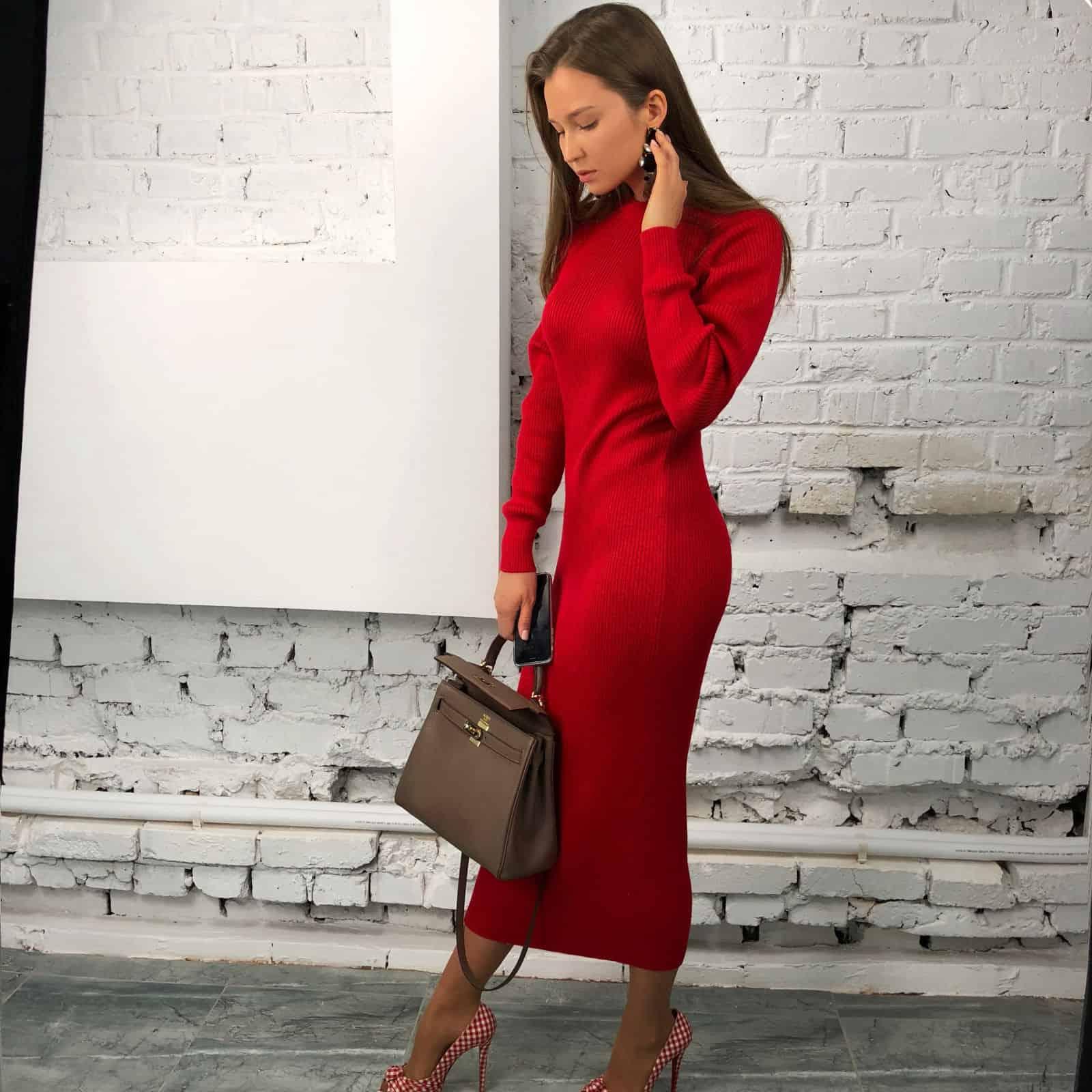 На второй фотографии вязаное платье красного цвета в длине миди от Shapar, бренда женской одежды ручной работы в интернет-магазине связанных спицами вещей.