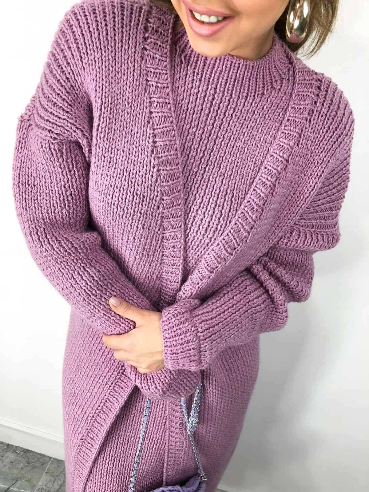 На фотографии платье с длинным кардиганом в комплекте от SHAPAR, бренда женской вязаной одежды ручной работы в интернет-магазине связанных спицами вещей.