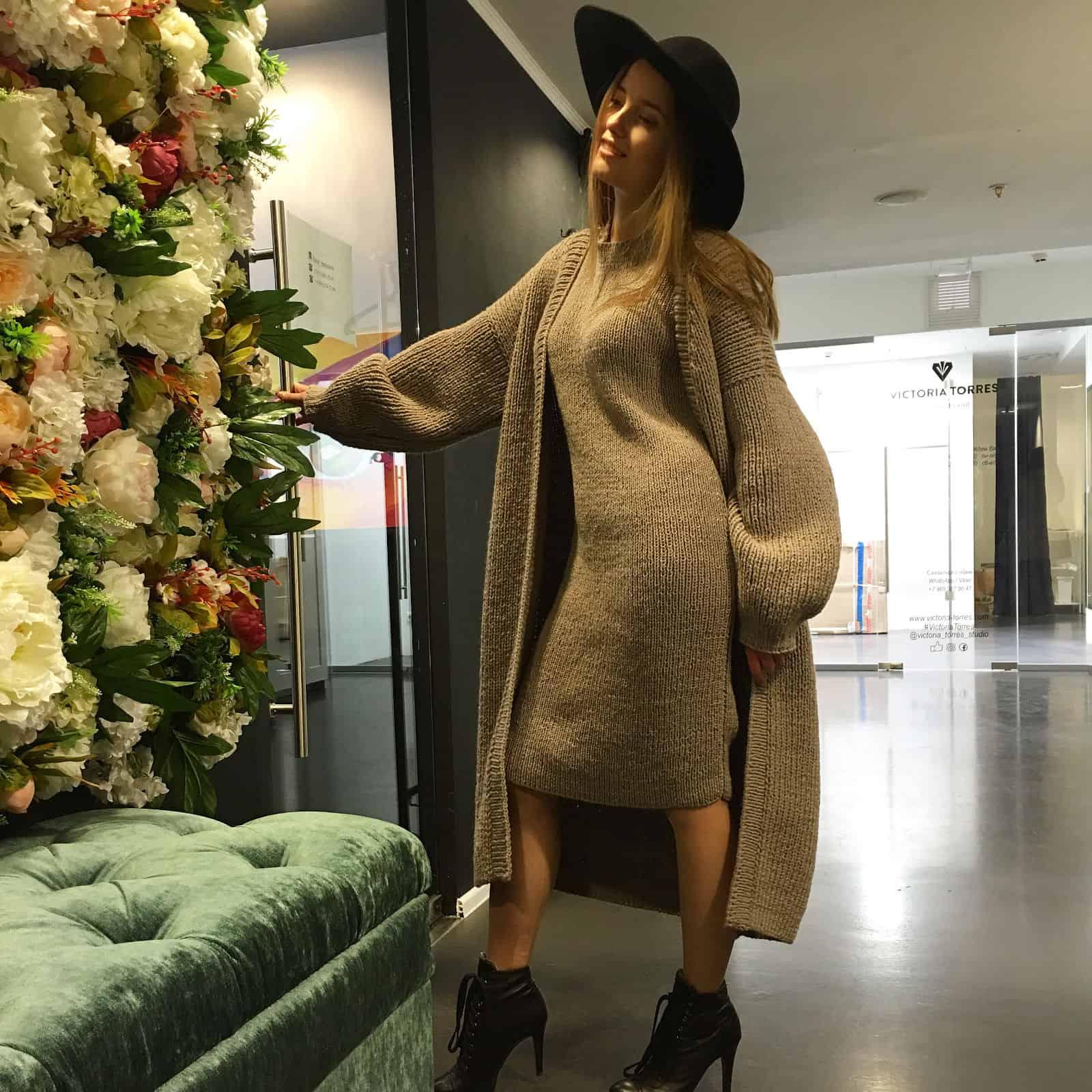 На фотографии платье с кардиганом комплект от Shapar, бренда вязаной одежды ручной работы в интернет-магазине связанных спицами вещей.