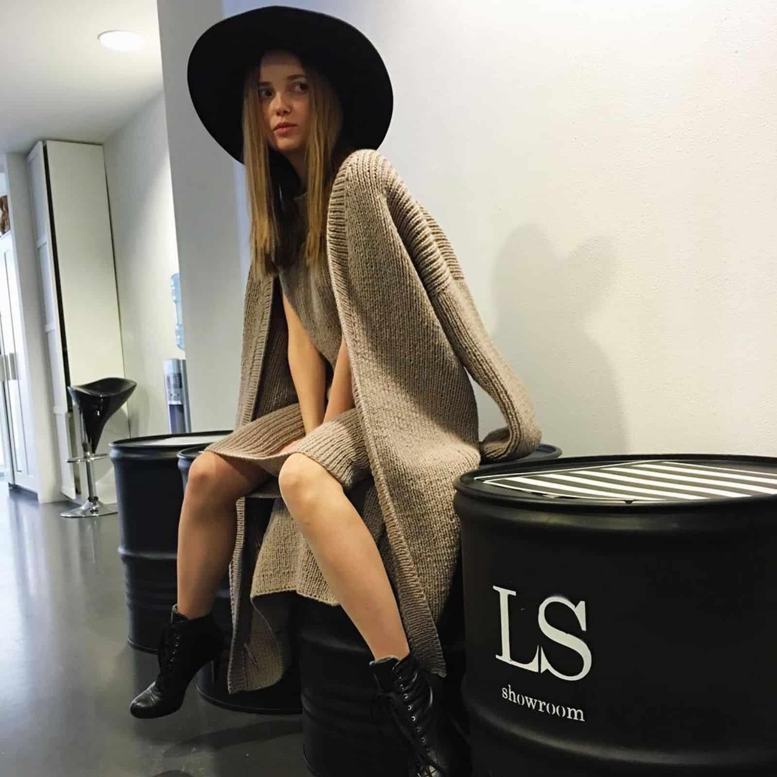 На второй фотографии коричневое платье с кардиганом комплект от Shapar, бренда вязаной одежды ручной работы в интернет-магазине связанных спицами вещей.