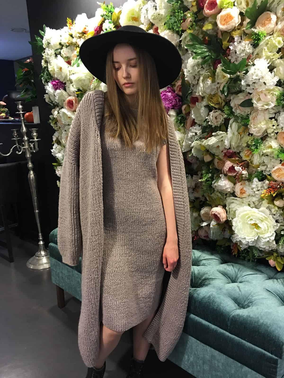 На третьей фотографии длинное платье с кардиганом комплект для модных девушек от Shapar, бренда вязаной одежды ручной работы в интернет-магазине связанных спицами вещей.