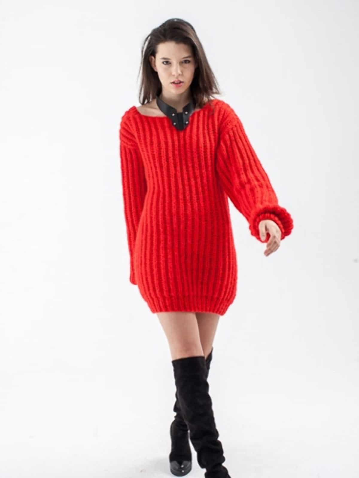 На фотографии красное вязаное платье с глубоким вырезом на спине от SHAPAR, бренда женской одежды ручной работы в интернет-магазине связанных спицами вещей.