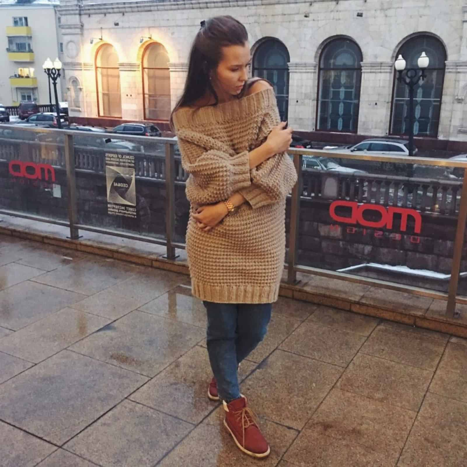 На фотографии вязаное свитер платье оверсайз от SHAPAR, бренда женской одежды ручной работы в интернет-магазине связанных спицами вещей.
