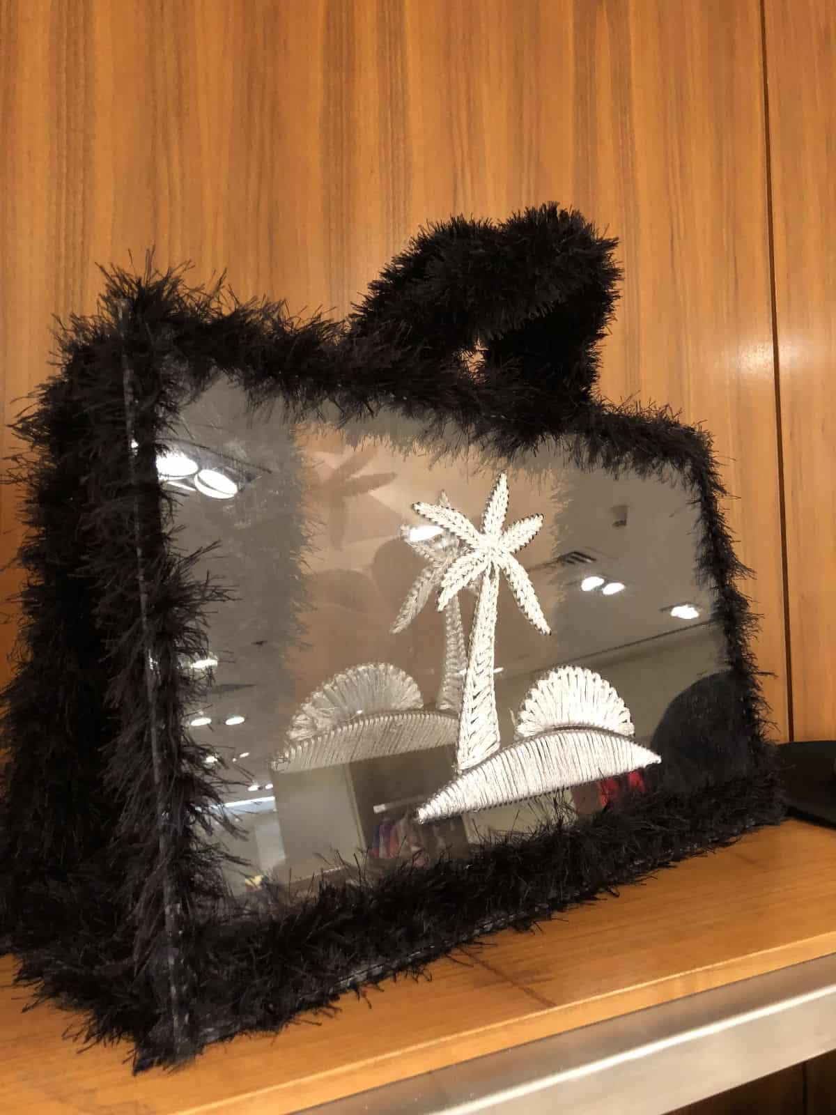 На фотографии женская пляжная прозрачная сумка с пальмой от SHAPAR, бренда вязаных аксессуаров ручной работы в интернет-магазине связанных вещей.