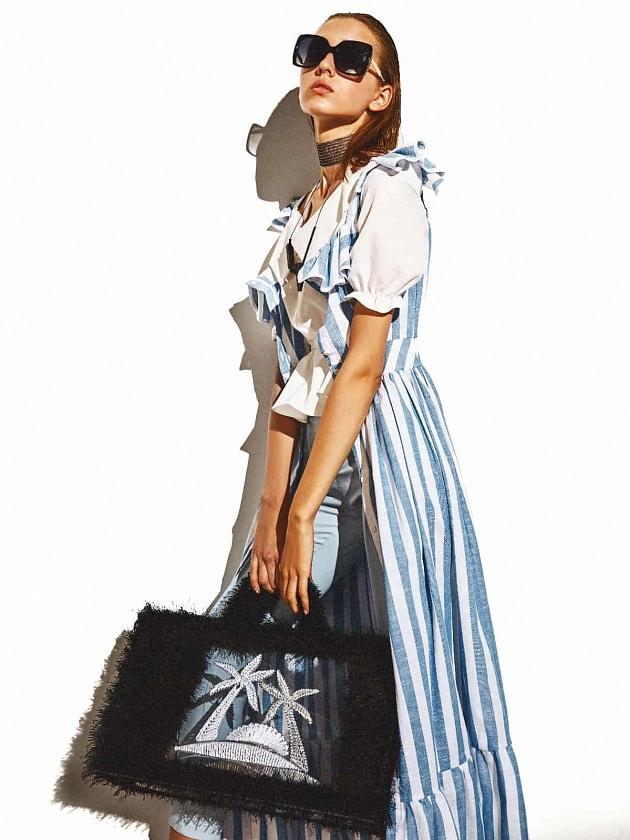 На фотографии женская прозрачная пляжная сумка крючком с пальмой от Shapar, бренда вязаных аксессуаров ручной работы в интернет-магазине связанных спицами вещей.