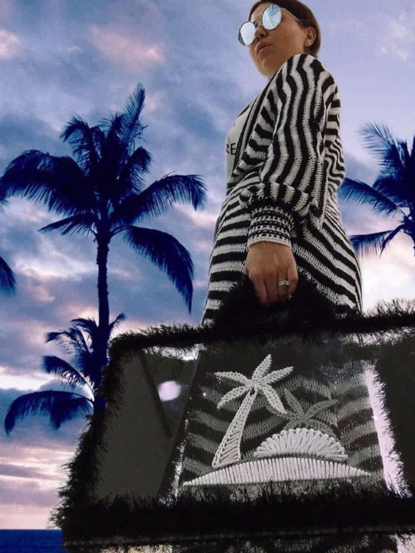 На четвертой фотографии модная пляжная сумка крючком для девушек и женщин от Shapar, бренда вязаных аксессуаров ручной работы в интернет-магазине связанных спицами вещей.