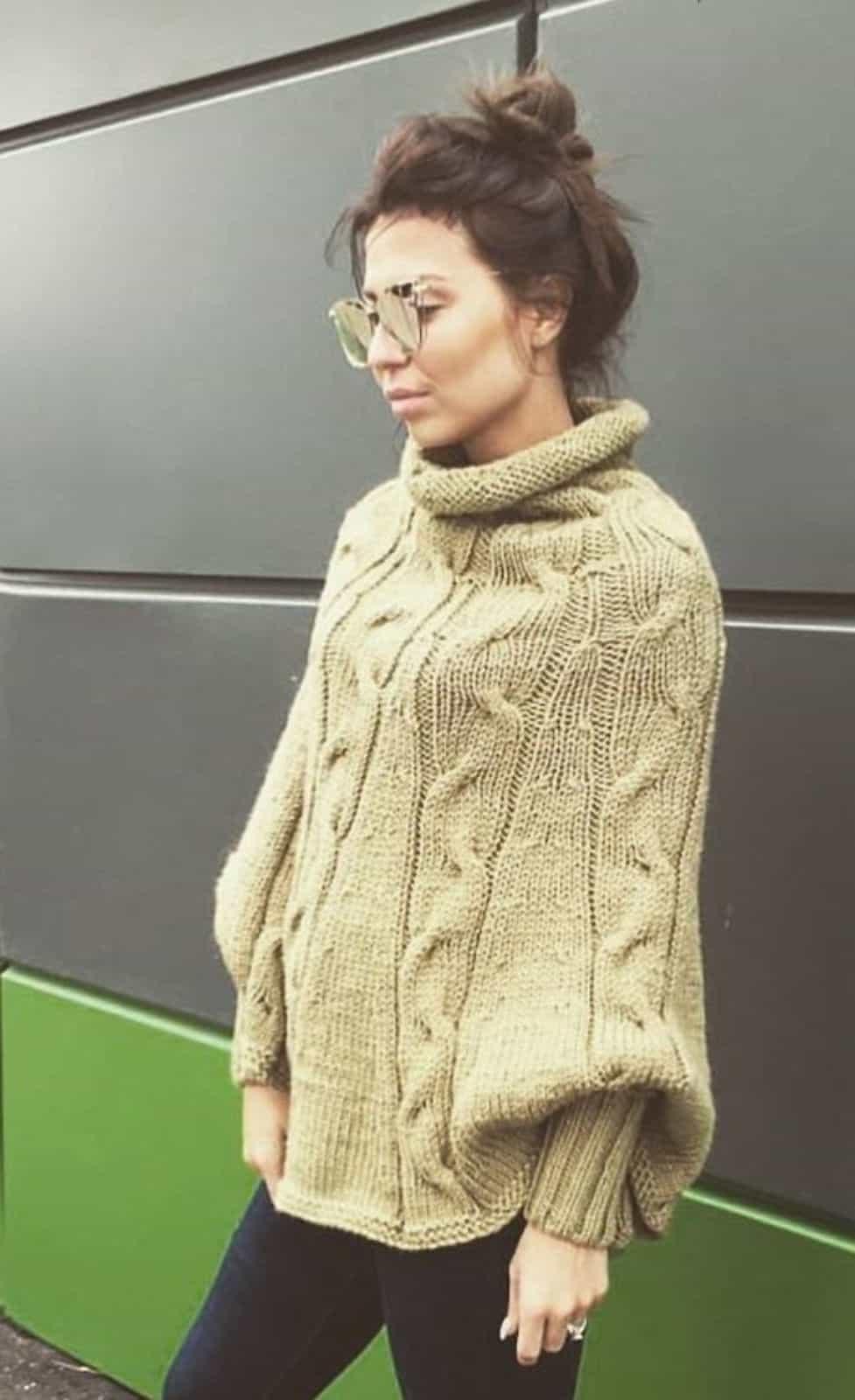 На фотографии женское пончо в оливковом цвете связанное спицами мастерами SHAPAR, бренда одежды ручной работы в интернет-магазине вязаных вещей.