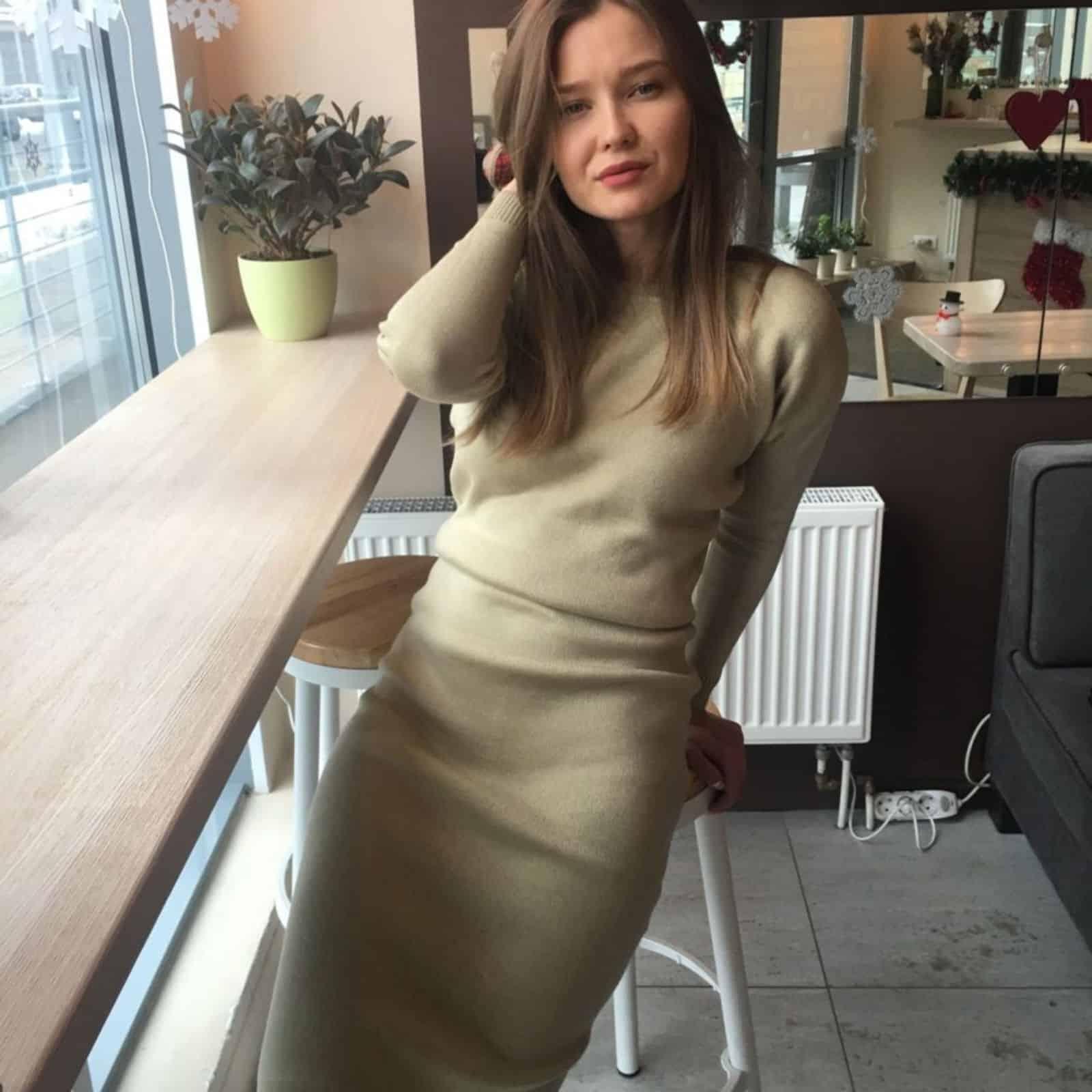 На фотографии оливковое повседневное платье от SHAPAR, бренда женской вязаной одежды ручной работы в интернет-магазине связанных спицами вещей.