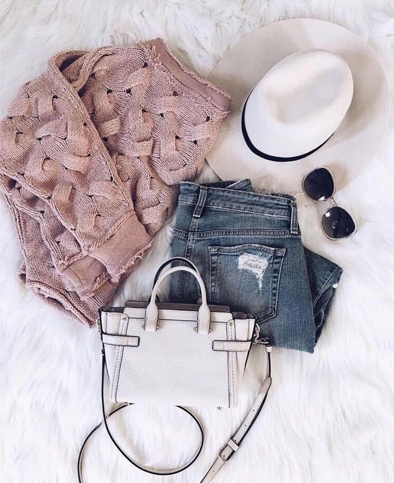 На фотографии женский пудровый свитер на лето от Shapar, бренда вязаной одежды ручной работы в интернет-магазине связанных спицами вещей.