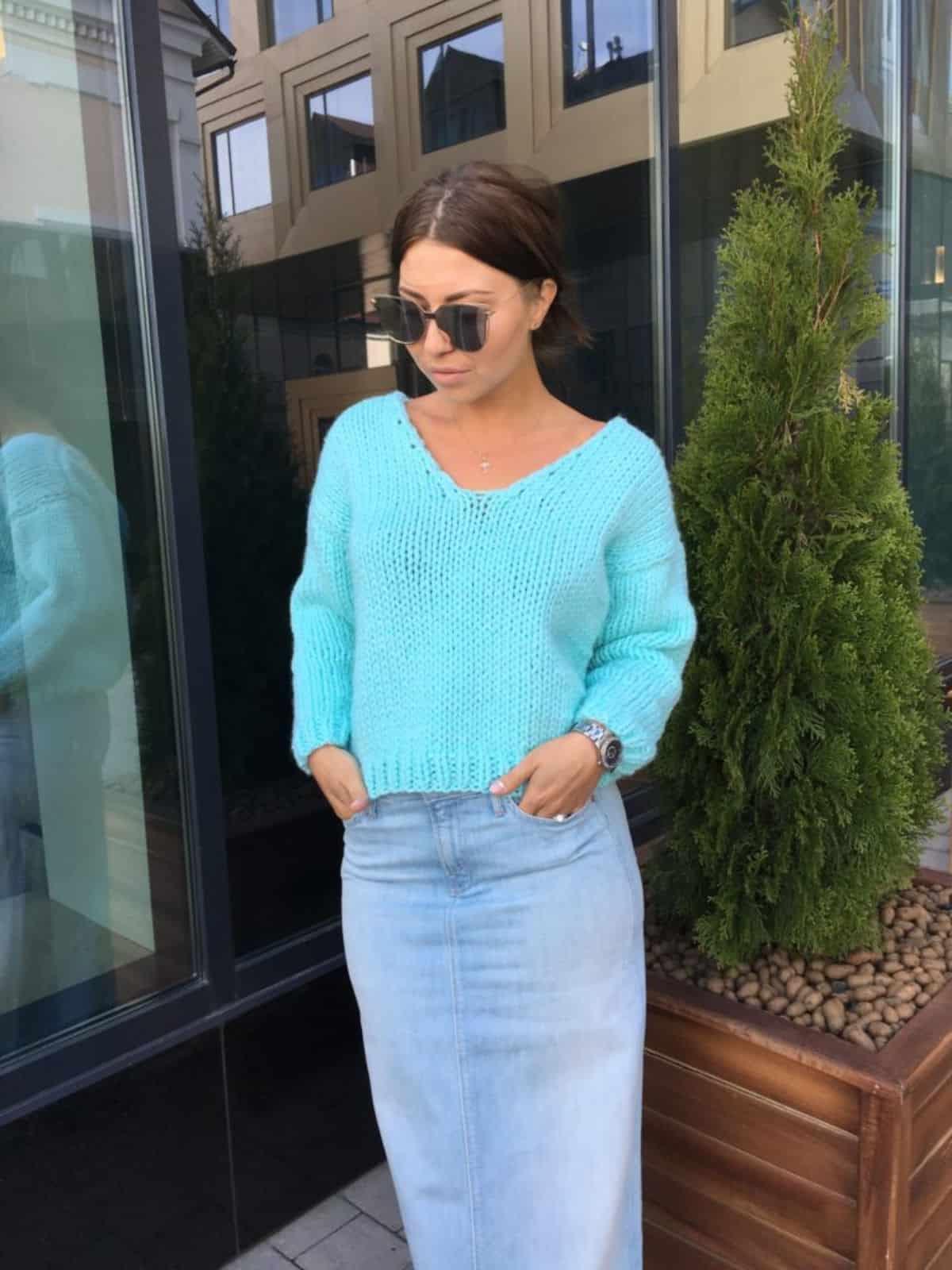 На второй фотографии модный пуловер для женщин от Shapar, бренда вязаной одежды ручной работы в интернет-магазине связанных спицами вещей.
