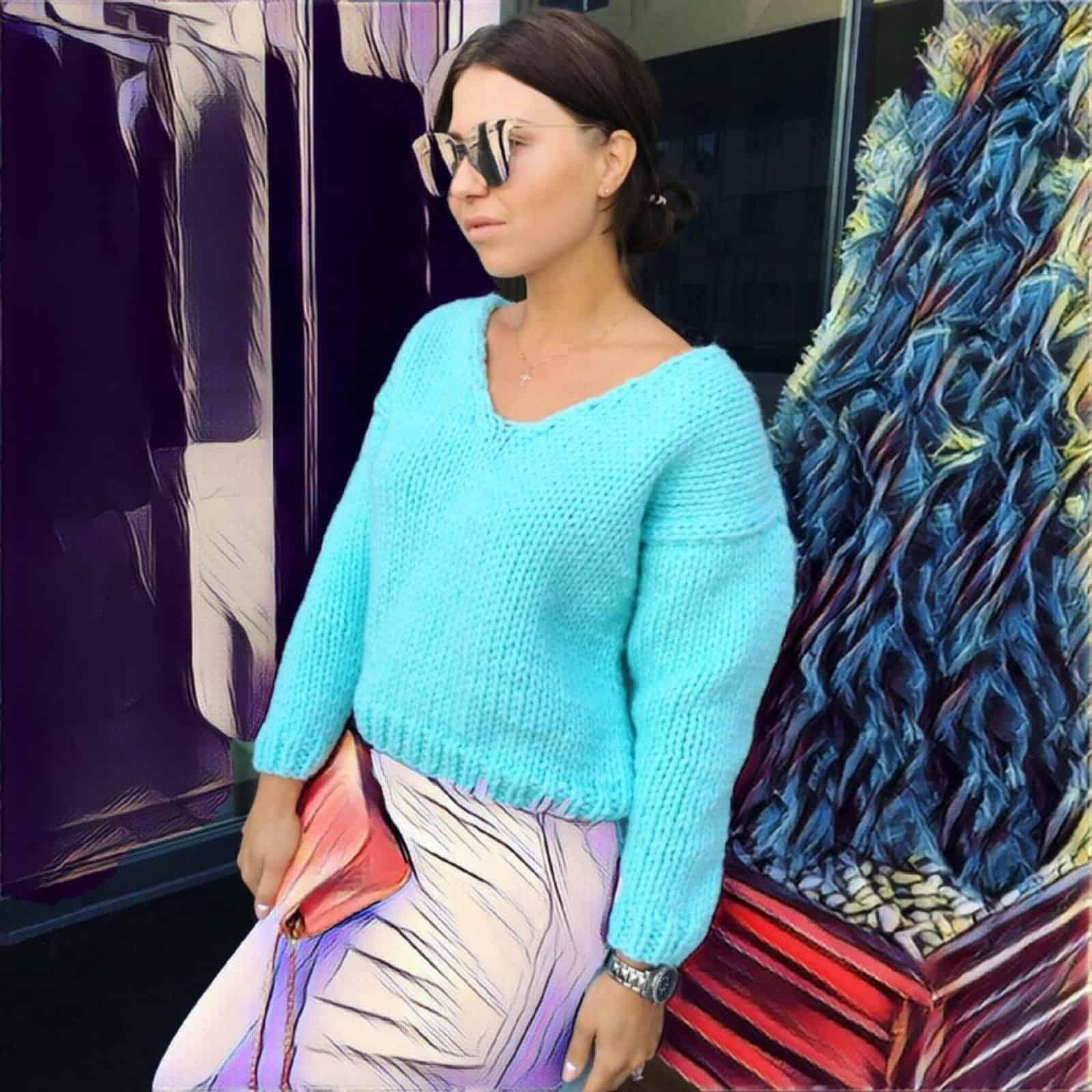 На фотографии бирюзовый пуловер для женщин от Shapar, бренда вязаной одежды ручной работы в интернет-магазине связанных спицами вещей.