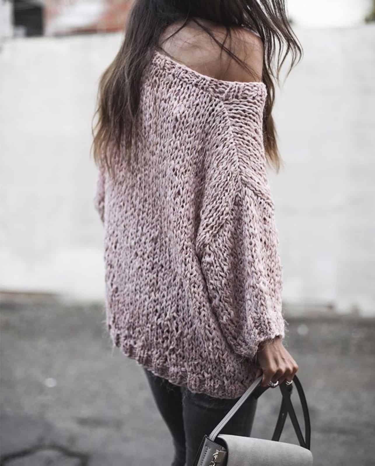 На фотографии женский пуловер-свитер для создания романтичного образа от SHAPAR, бренда вязаной одежды ручной работы в интернет-магазине связанных спицами вещей.