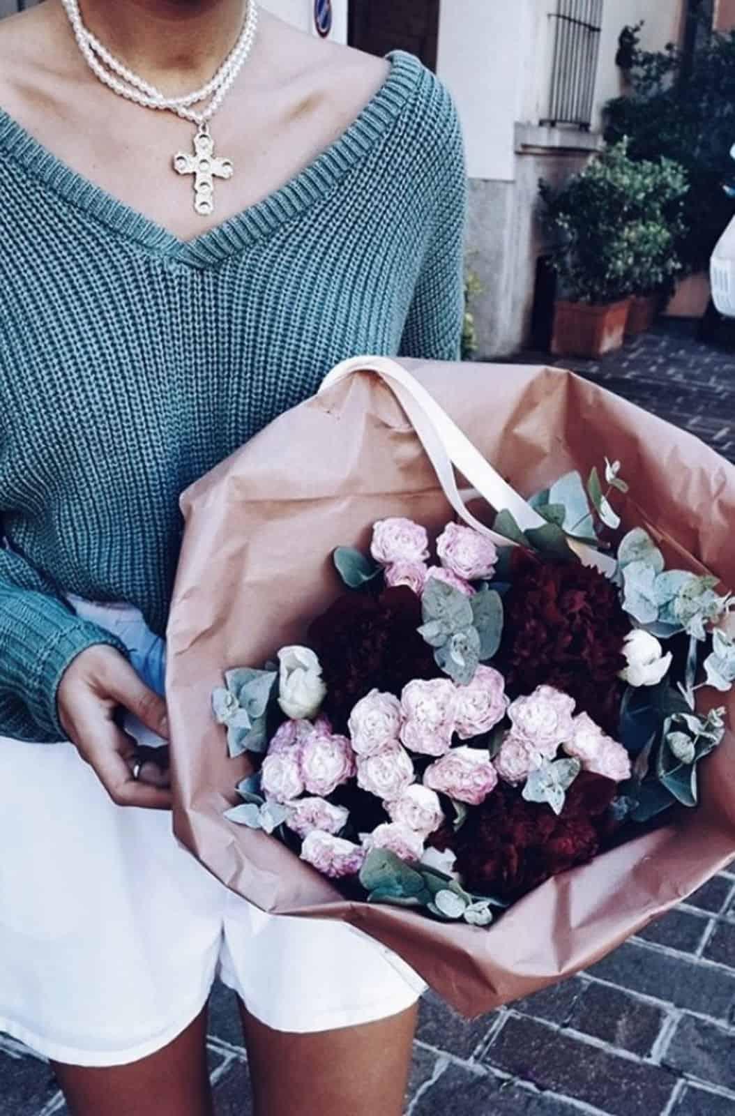 На фотографии женский пуловер связанный спицами от Shapar, бренда вязаной одежды ручной работы в интернет-магазине одежды.