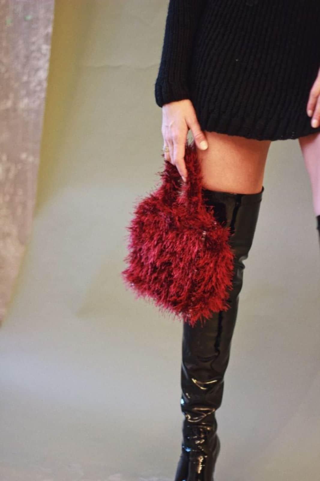 На фотографии женская пушистая сумка бордового цвета с прозрачным дном от SHAPAR, бренда вязаных аксессуаров ручной работы в интернет-магазине связанных спицами вещей.