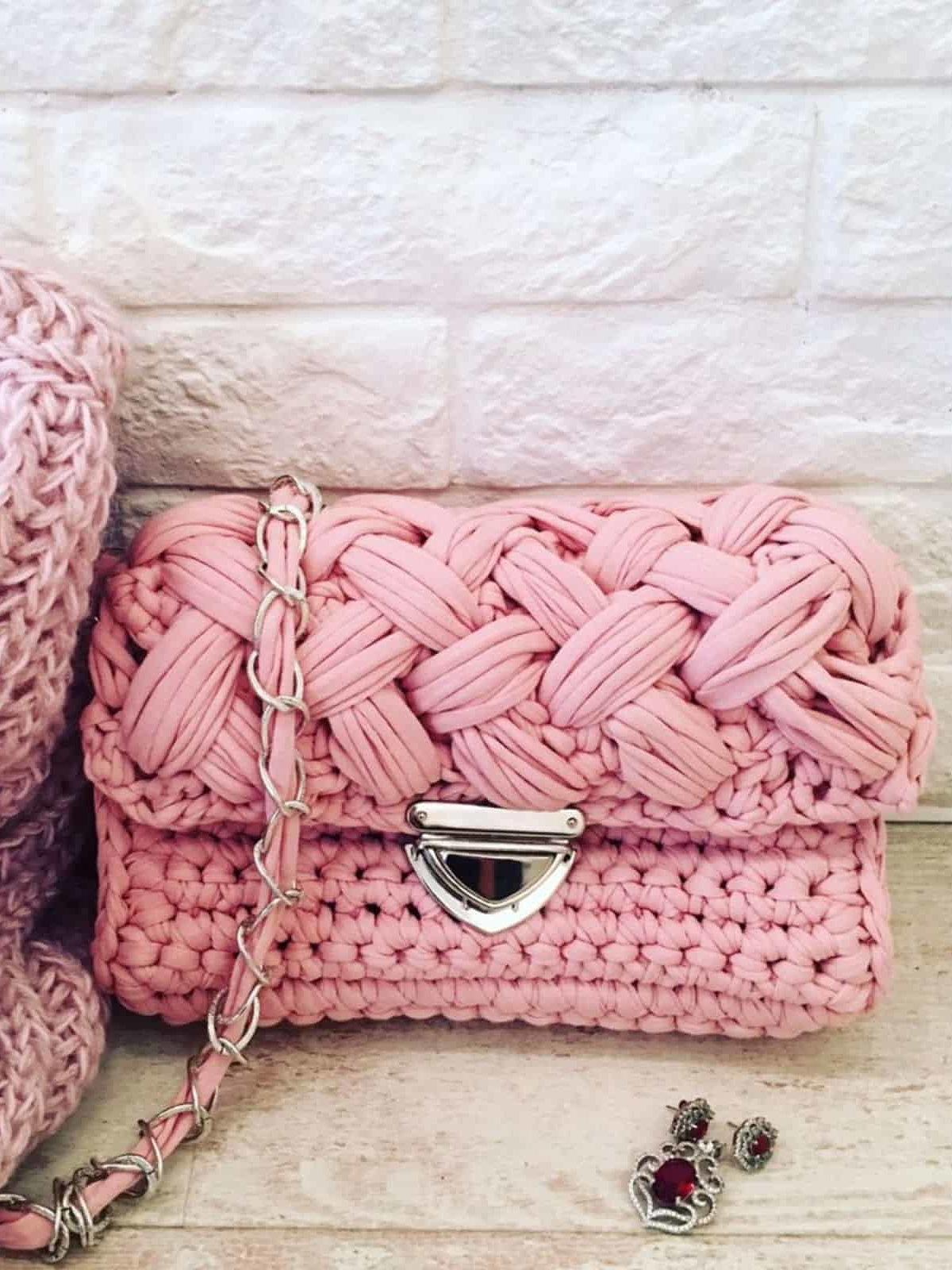 На фотографии розовая вязаная сумка от Shapar, бренда женской одежды и аксессуаров ручной работы в интернет-магазине связанных спицами вещей.
