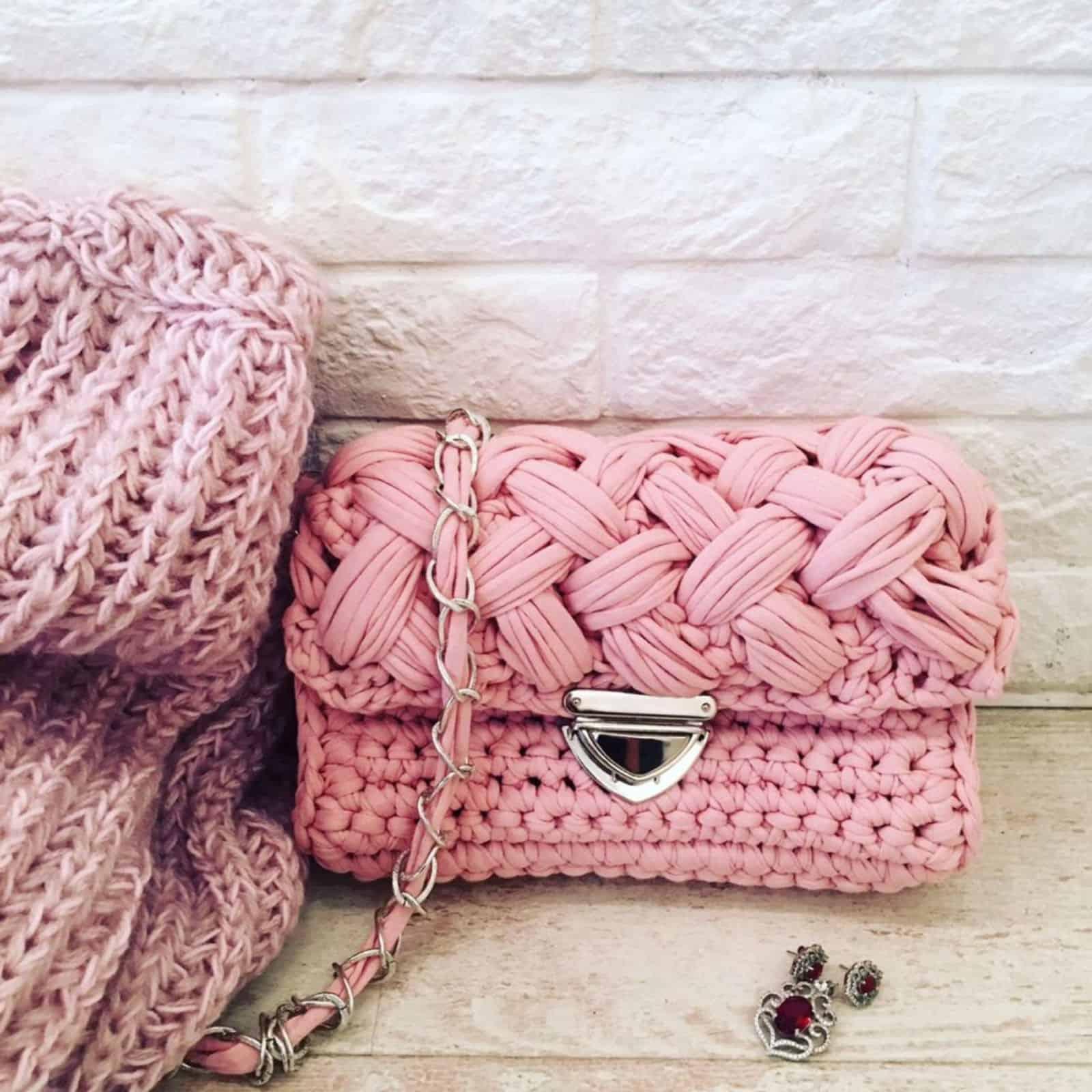 На фотографии женская розовая сумка ручной работы от SHAPAR, бренда вязаных аксессуаров в интернет-магазине связанных спицами вещей.